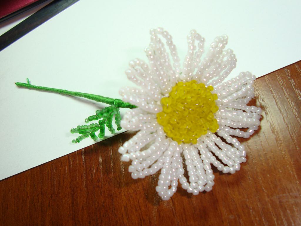 Лепестки и листья цветка плетем параллельным плетением.  Сначала.  Если вы решаете плести цветы из бисера по схемах...
